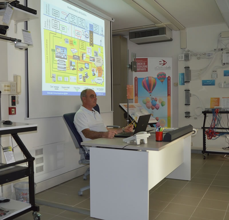 Lezioni in laboratorio di tecnologia digitale